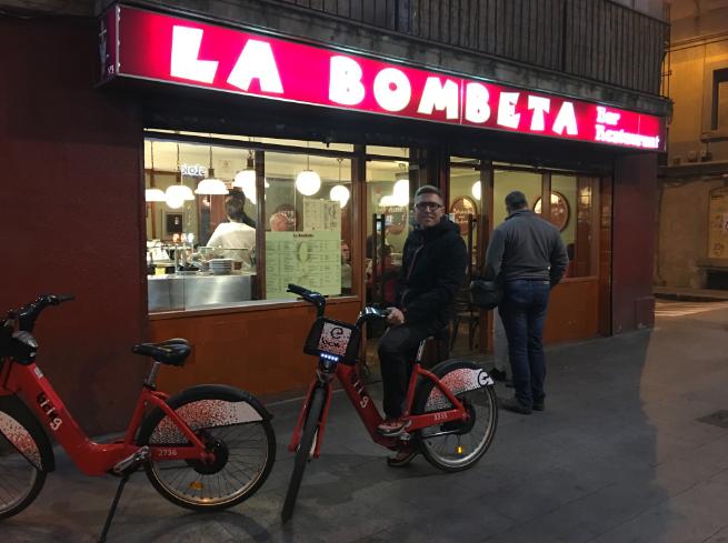 En la puerta de la Bombeta