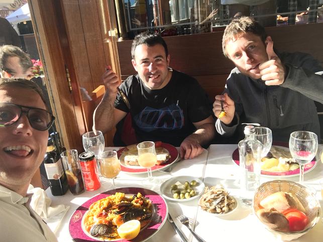 Juan, Lluís y Joan comiendo el menú de la barca del Salamanca (port olímpic)