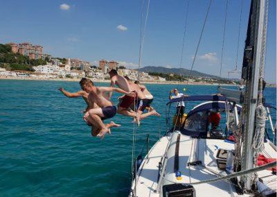 barco montgat saltando al agua
