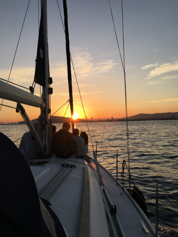 Skyline de Barcelona en barco al atardecer