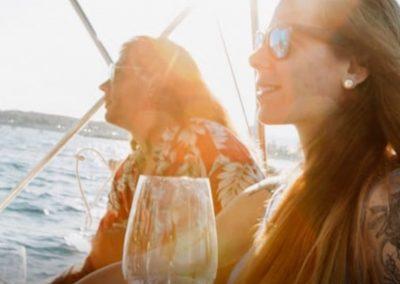 cata de vinos a bordo en barco barcelona