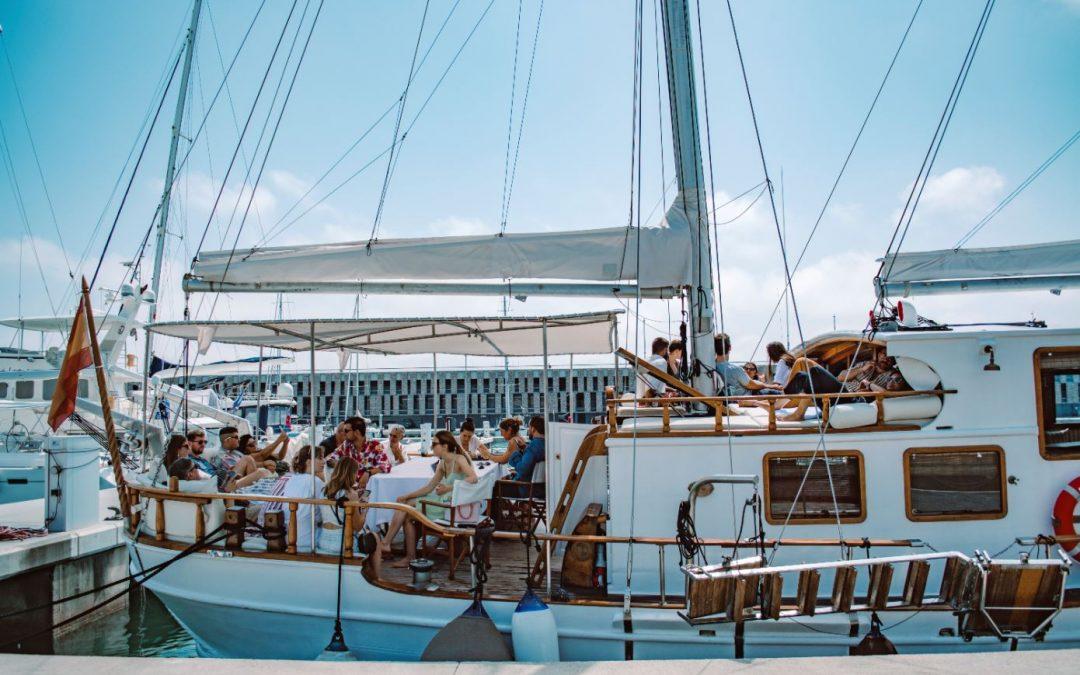 ⛵🎊🎈Alquila un barco para hacer una fiesta o evento en Barcelona – Veleros, catamaranes y yates.