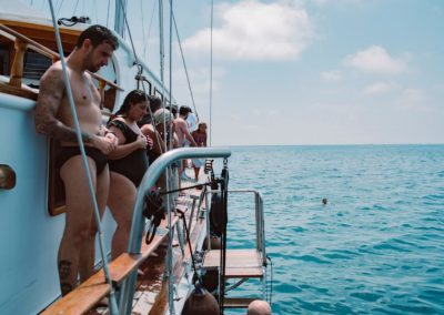 preparados para saltar desde el barco